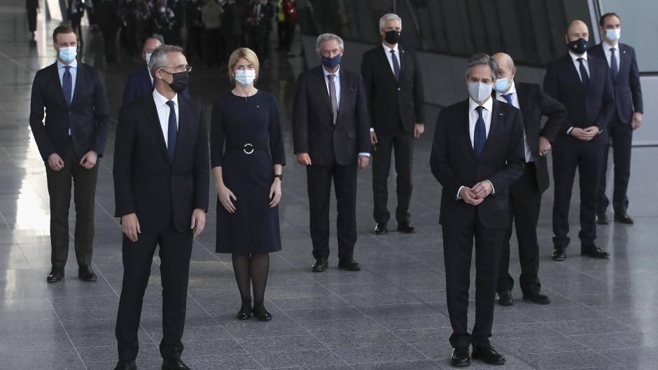 Jens Stoltenberg (vorne links), Nato-Generalsekretär, und Antony Blinken (vorne rrechts), amerikanischer Außenminister, am Dienstag in Brüssel