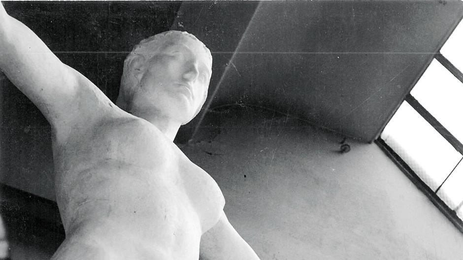 """Ein Fall von Nazikunst? Der Bildhauer Richard Scheibe mit dem Entwurf seiner """"Fortuna"""" für das Schloss Charlottenburg"""