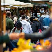 Wochenmarkt am Maybachufer in Neukölln: Menschen tragen Maske.