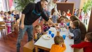 In einem Brandenburger Kindergarten betreuen Auszubildende zum Erzieher eine Kindergruppe