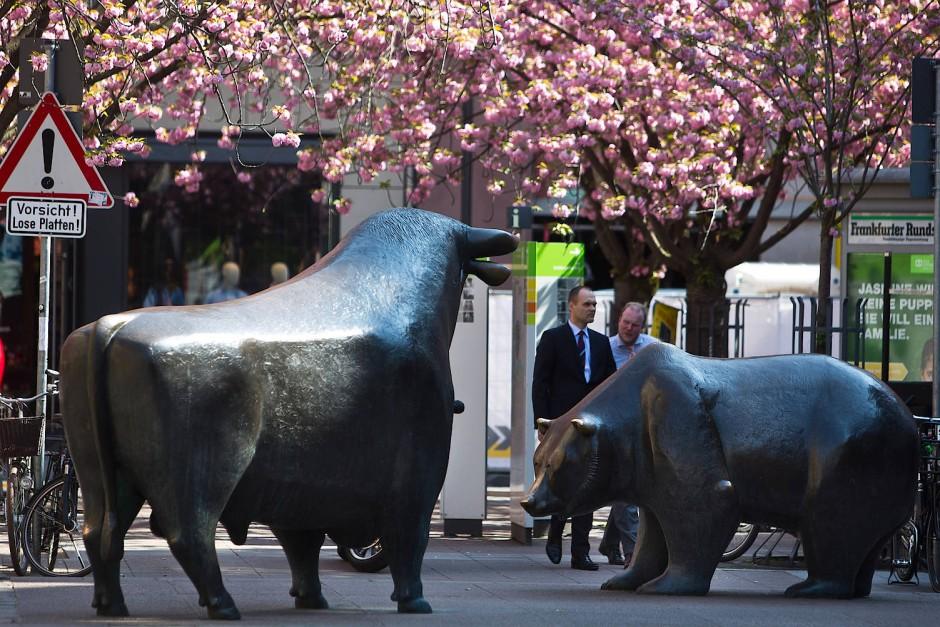 Bulle und Bär im blühenden Frühling vor der Börse