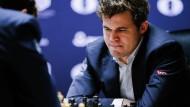 Ratlos: Magnus Carlsen gerät bei der Schach-WM immer mehr unter Druck