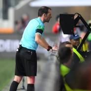 Gleich zeichnet er wieder dieses seltsame Zeichen in die Luft: Schiedsrichter Marco Fritz im Spiel Augsburg gegen Dortmund