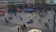 Nach einem Aufruf in sozialen Medien ist es auf dem Berliner Alexanderplatz zu einer Massenschlägerei gekommen.