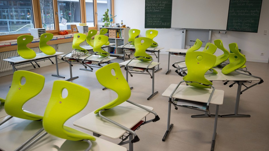 Leere Klassenräume im Lockdown: Am Dienstag wird auch darüber beraten, wann die Schulen wieder öffnen dürfen.