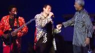 Legendärer Auftritt: Johnny Clegg (Mitte) mit Mandela (rechts) 1999 in Frankfurt