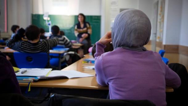 Gymnasium Dialog - Das 2007 gegründete türkische Privatgymnasium im Kölner Stadtteil Buchheim stellt sich an einem Tag der offenen Tür vor. Alle Fächer werden in deutscher Sprache unterrichtet, als zweite Fremdsprache können die Schüler Türkisch w
