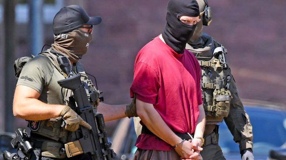 Der Verdächtige Stephan E. wird bei der Bundesanwaltschaft von Polizisten Anfang Juli abgeführt.