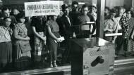 Im August 1950 verfolgen Passanten die Übertragung einer Sitzung des UN-Sicherheitsrates auf einem Fernseher im Schaufenster eines New Yorker Warenhauses.