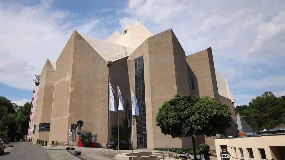 Böhms berühmtester Bau, der Mariendom von Neviges im Bergischen Land, wird saniert. Der Architekt selbst überwachte bis zu seinem Tod den Fortgang der Arbeiten.