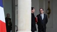 IS bekennt sich – Hollande sieht Kriegsakt
