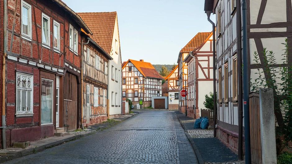 Eine Dorfstraße in Großburschla in Thüringen