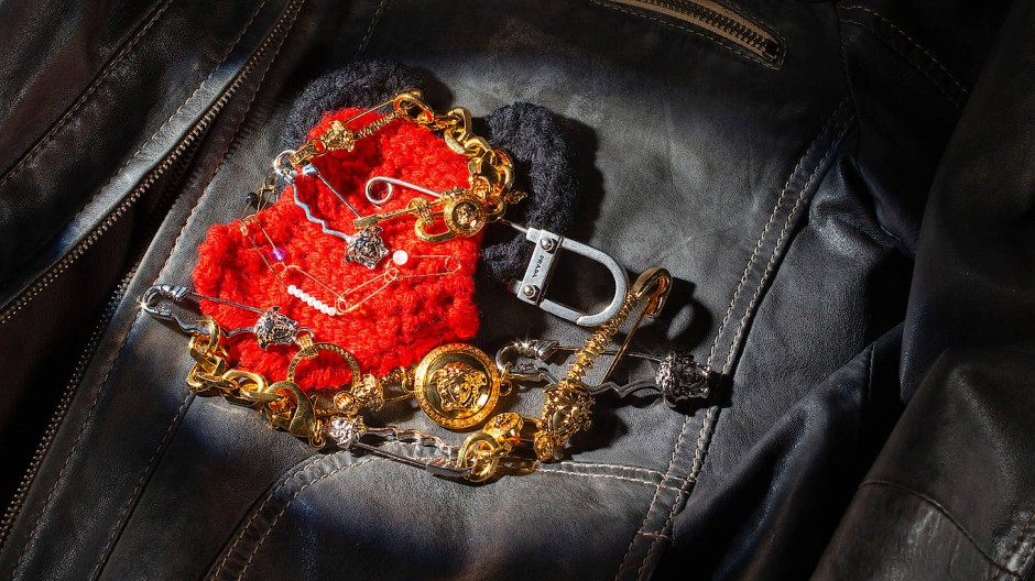 Schmuck mit Sicherheitsnadeln von Saskia Diez, Versace und Prada
