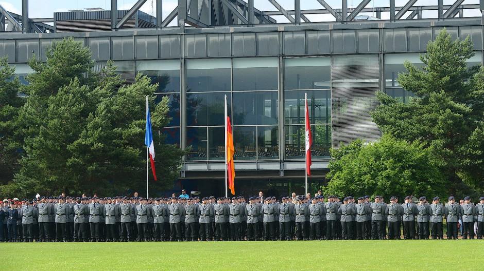 Studenten beim Appell zur Leutnantsbeförderung an der Helmut-Schmidt-Universität Hamburg