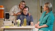 Schicksalsgemeinschaft: Hazel (Annie Wensak), Robin (Philip Rham) und Rose (Alwyne Taylor)