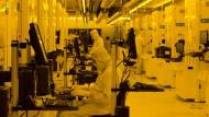 Mitarbeiter von Globalfoundries arbeiten in Dresden an der Chipproduktion.