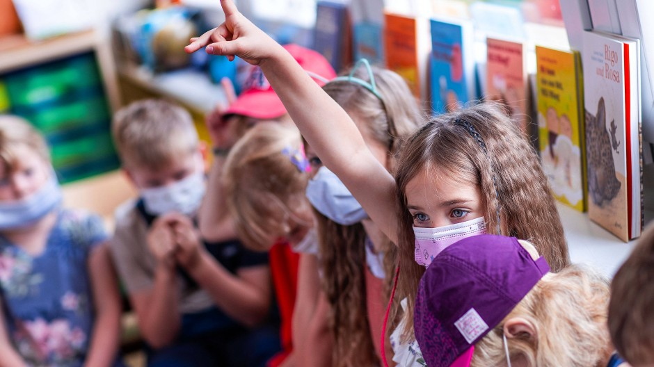 Schulanfängerin Ida meldet sich vergangenen Montag in ihrer Unterrichtsstunde in einer Rostocker Grundschule.