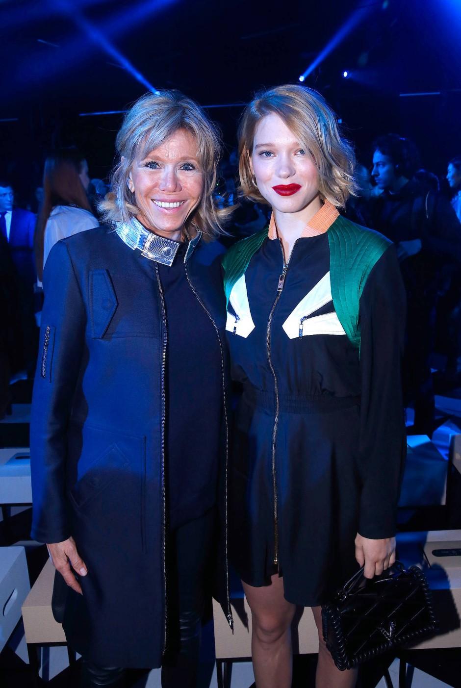 Im März 2016: Brigitte Macron mit Schauspielerin Léa Seydoux bei der Louis-Vuitton-Show in Paris. Den Mantel trug sie auch am Wahltag.