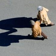 Auf dem Weg in eine bessere Zukunft? Zwei Rentner laufen ihren Schatten nach.