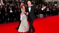 """Gut gelaunt erscheint Schauspieler Bill Murray in Begleitung auf dem roten Teppich des Filmfestivals in Cannes, wo sein Film """"The Dead Don't Die"""" gezeigt wird."""