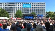"""Unter dem Slogan """"Zusammen sind wir stark"""" demonstrieren rund 10.000 Menschen gegen Rechtsextremismus in Kassel."""