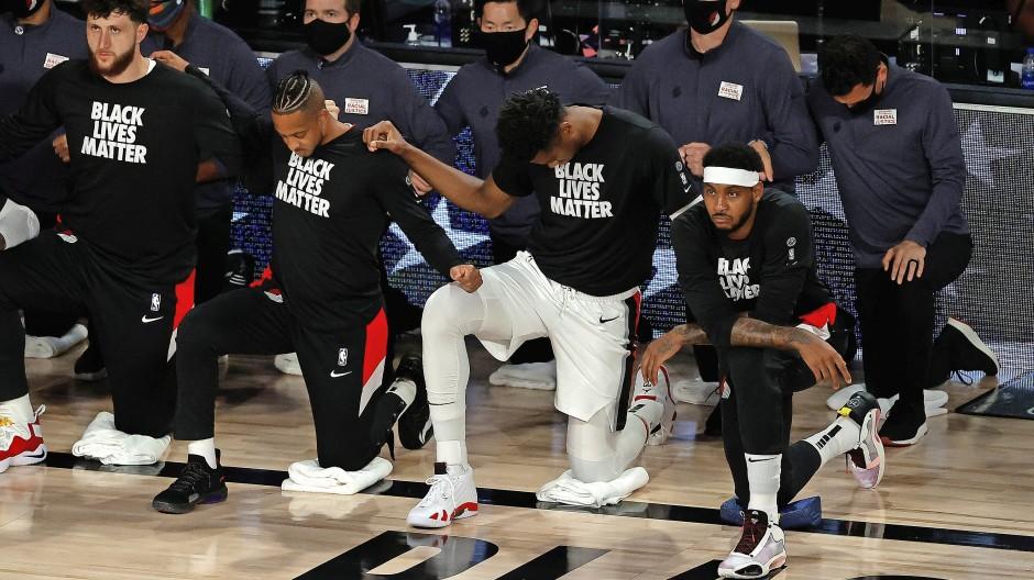 Meinungsführer: Spieler von den Portland Trail Blazers knien nieder zum Protest.