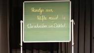 Frankfurt schreibt: Beim großen Diktatwettbewerb ist die jüngste Teilnehmerin elf Jahre alt.