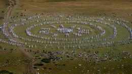 Pilger tanzen in konzentrischen Kreisen