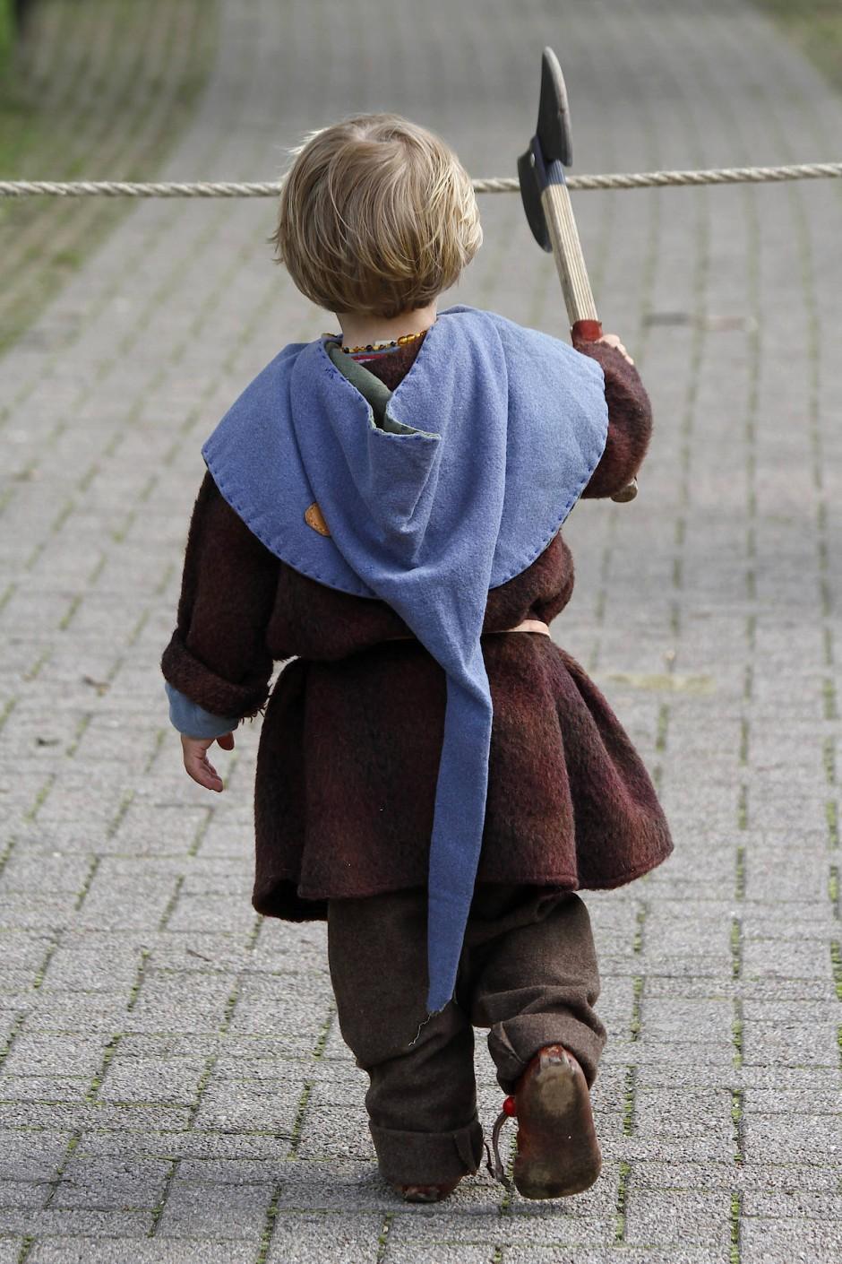 Typisch Junge: Kinder wollen zwar nicht von Geburt an Ritter sein, aber sie ahmen es den älteren Kindern nach.