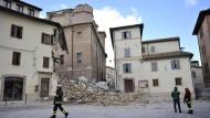 """Die Feuerwehr begutachtet zwei Tage nach dem ersten Erdbeben den Schaden in der Stadt. Der Kirche """"Madonna delle Carcer"""" fehlt ihr Turm."""