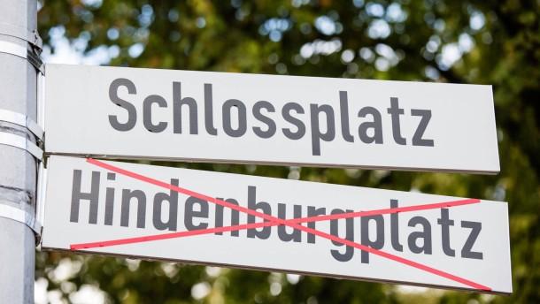 """Namensstreit um Hindenburgplatz - In Münster entscheiden die Bürger darüber, ob der """"Schloßplatz"""", der größte Platz der Stadt, in """"Hindenburgplatz"""" umbenannt werden soll. Auf dem Markt werben Pro- und Contra-Lager um Stimmen."""