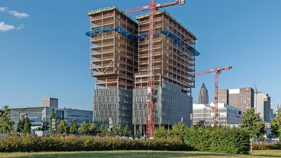 Die Zwillinge wachsen: Der F.A.Z. Tower im Frankfurter Europaviertel nimmt Gestalt an.