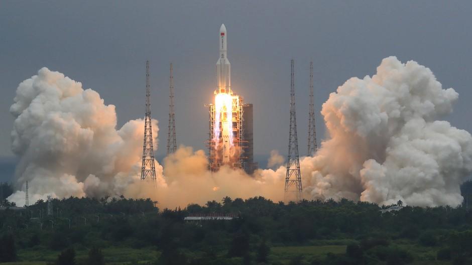 """Die chinesische Rakete vom Typ """"Langer Marsch"""" beim Start am 29. April in Wenchang"""