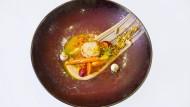 Angerichtetes Muschelgericht mit Erdnussbutter in der Küche von Nils Henkel, Starkoch im Schlosshotel Lerbach