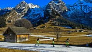 Drei französische Langläufer trainieren im Langlaufzentrum Espace Nordique des Confins in den Savoyen – auf Kunstschnee.