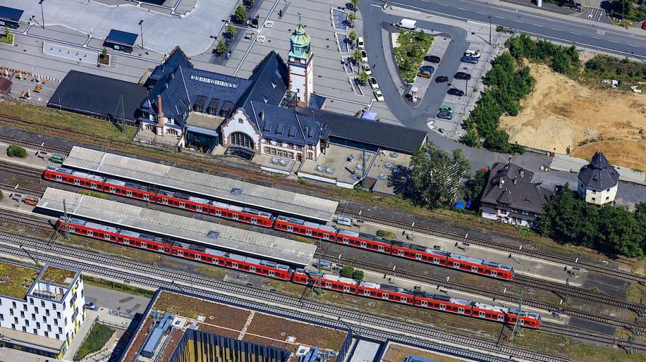 Verkehrsknoten: Der Bahnhof in Bad Homburg soll in einigen Jahren auch Halt für U-Bahn und die Züge der Regionaltangente West sein.
