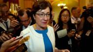 Senatorin Susan Collins aus Maine, umringt von Reportern.