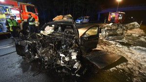 Zwei Männer verbrennen in Autowrack
