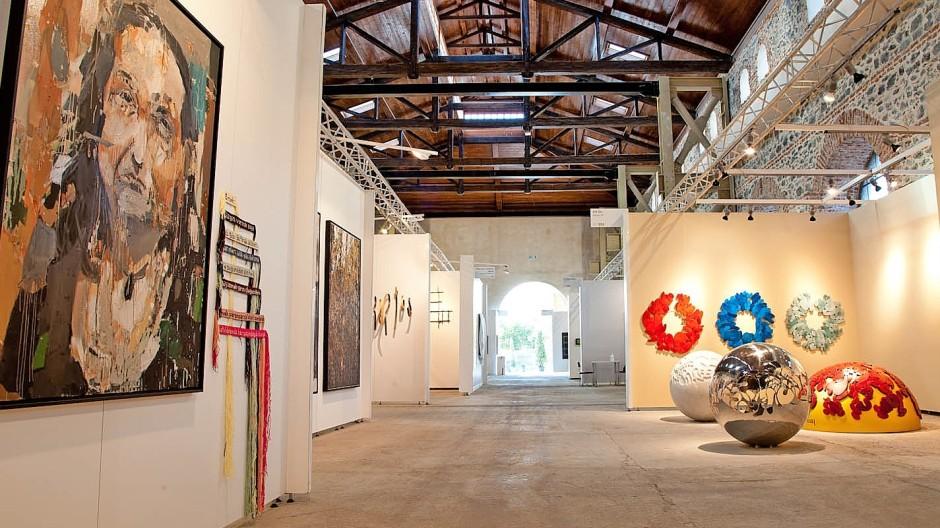 """Blick in eine der Hallen mit   Zilberman Gallery links und Art On Gallery rechts; Vav Hakobyans bei Galeri 77 präsentiertes Gemälde """"Secret Meeting"""";  Tontafeln aus Berkay Tunkays Installation bei der Galerie Sanatorium FotosContemporary Istanbul, Galerien"""