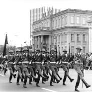 """Preußens Tradition in DDR-Uniform: Wachparade des NVA-Regiments """"Friedrich Engels"""" vor dem Kronprinzenpalais Unter den Linden"""