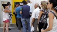 Griechenland führt Kapitalverkehrskontrollen ein und schließt Banken