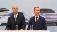 VW-Chef Herbert Diess (r) und Hans Dieter Pötsch, Vorsitzender des VW-Aufsichtsrats, im April 2018 in Wolfsburg