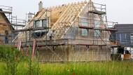 Wer sich ein Haus kaufen will, sollte mindestens 20 Prozent des Kaufpreises vorher gespart haben.