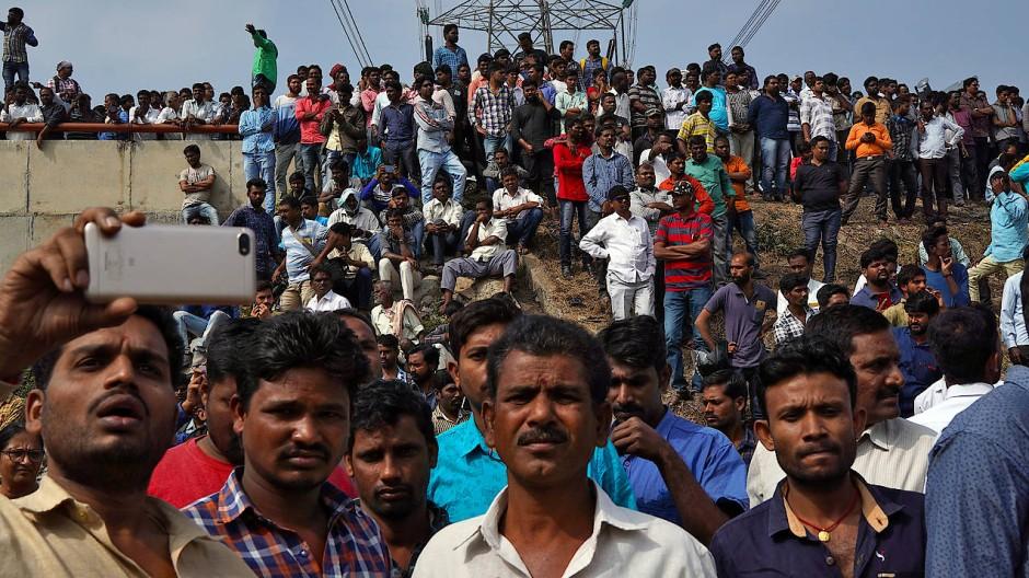 Menschen versammeln sich am Freitag im Bundesstaat Telangana an dem Ort, an dem die Polizei die vier Männer erschossen hat.