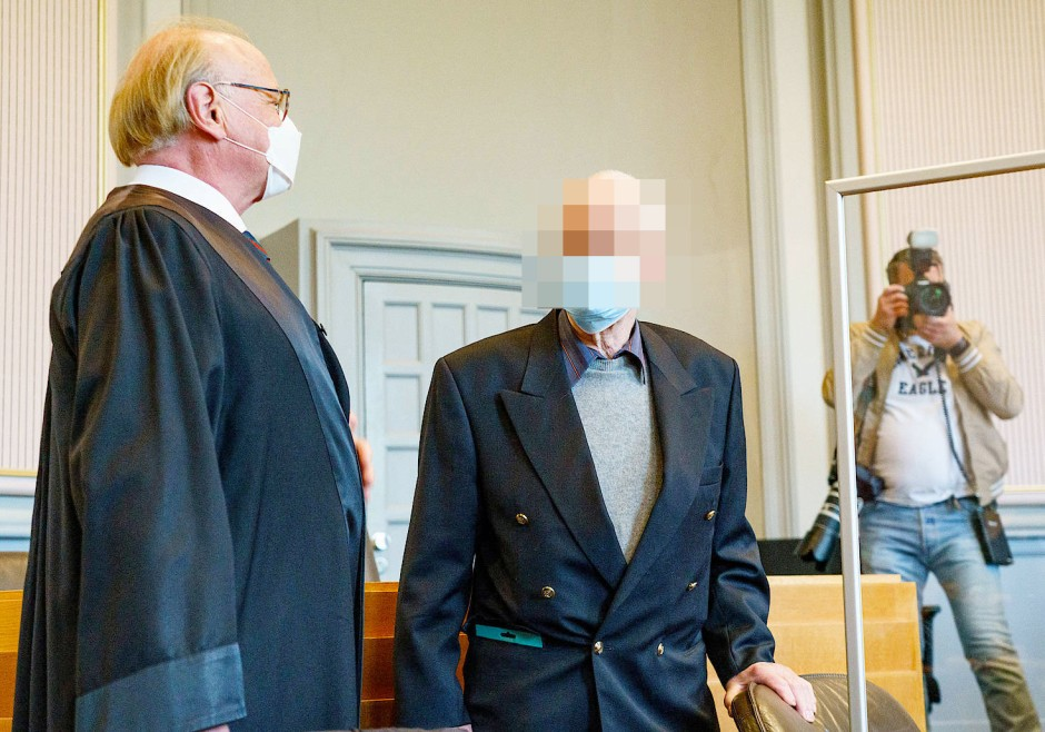 Beschuldigt: Der Angeklagte (Mitte) mit seinem Anwalt im Kieler Landgericht
