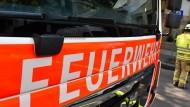 Mit schwerem Gerät: Die Feuerwehr befreite den schwer verletzten Mann in Stockstadt. (Symbolbild)