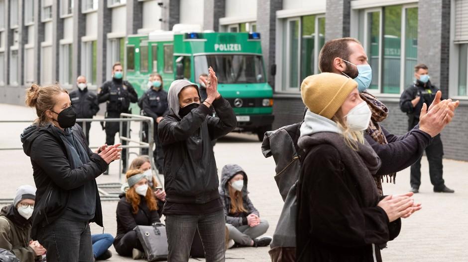 Kein Applaus: Demonstranten vor dem Frankfurter Polizeipräsidium klatschen gegen Polizeigewalt.