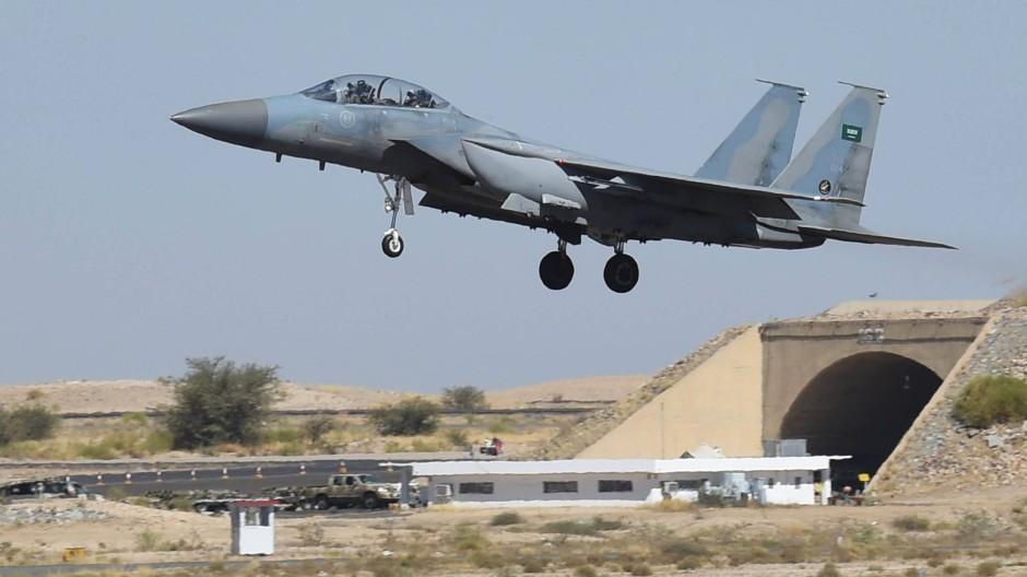 Ein saudischer F-15-Jet auf einem Militärstützpunkt 880 Kilometer von Riad entfernt (Archivbild)
