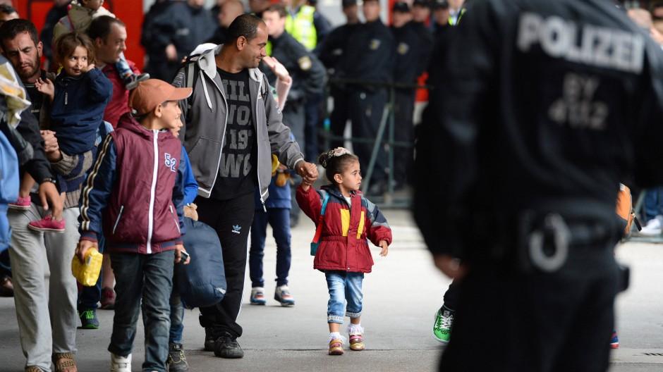 Langer Marsch in das Land ihrer Träume: Flüchtlinge nach ihrer Ankunft am Münchner Hauptbahnhof an diesem Montag