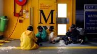 Aktivisten warten am Mittwoch in einem unterirdischen Parkhaus der Polytechnischen Universität auf eine Gelegenheit zur Flucht